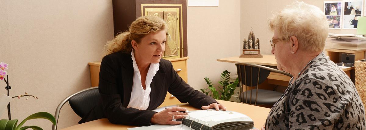 Frau Schmidt im Gespräch - Schmidt Grabsteine - Bestattermeister Vohenstrauß Oberpfalz